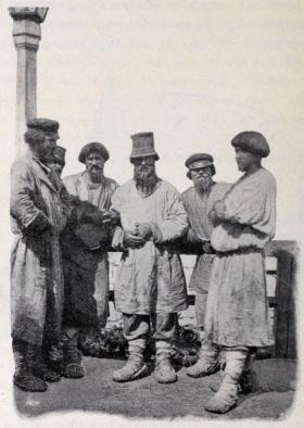Vid Jekaterinakanalen står en grupp af män.