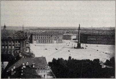 Dwarzowytorget.<bFrån vänster till höger: Vinterpalatset, Riksarkivet, Utrikes- och Finansministerierna.