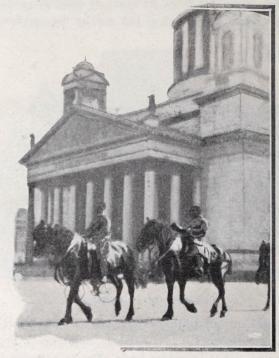 Spårvagnshästarna ridas till stallet.