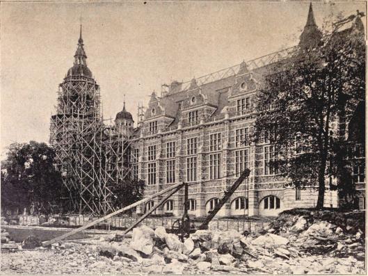 Nordiska museet med dess provisoriska tillbyggnad.