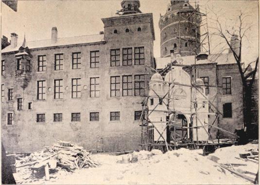 »Gamla Stockholm»: Parti af slottets yttermurar vid Storkyrkan. III.<bEfter en fotografi för »För Svenska Hem» af B. Orling. (Jan. 1897)