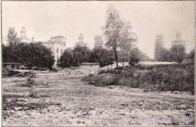 Industrihallen under byggnad. Vy från stora entréplanet före platsens planering m. m., hösten 1896.<bEfter fotografi för »För Svenska Hem» af B. Orling.