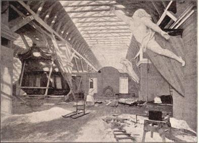 Interiör från flottans utställning, II, med gallionbilden till örlogsfregatten Galathée samt skonerten Amfions akterspegel, efter fotografi för »F. S. H.» af B. Orling, tagen under nämnde utställnings ordnande.<b(Se sid. 147).