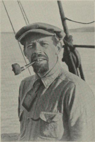 Harald U. Sverdrup tar sig en røik på pipen med Amundsenprofilen.