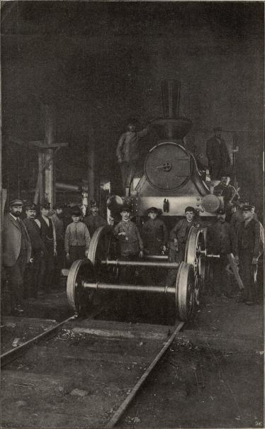 Interiör af lokomotivstallen i Svenljunga.<b<smalFoto Peterson &amp; Klinghjerdt, Svenljunga.</smal