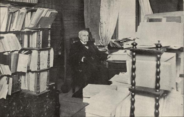 Sven Adolf Hedin i sitt arbetsrum.<b<smalFoto Blomberg, Stockholm.</smal
