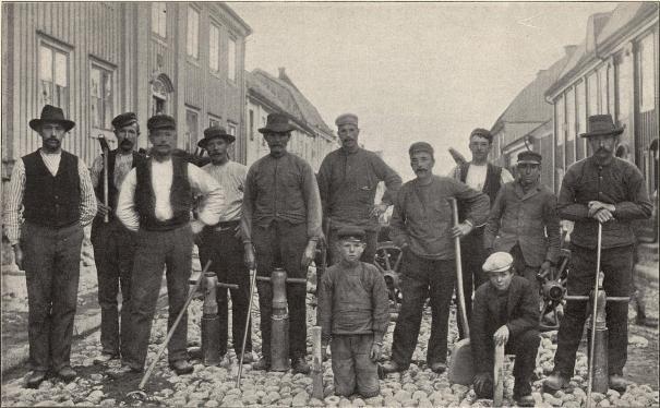 Grupp af stensättare i Karlshamn.<b<smalFoto Falk, Karlshamn.</smal