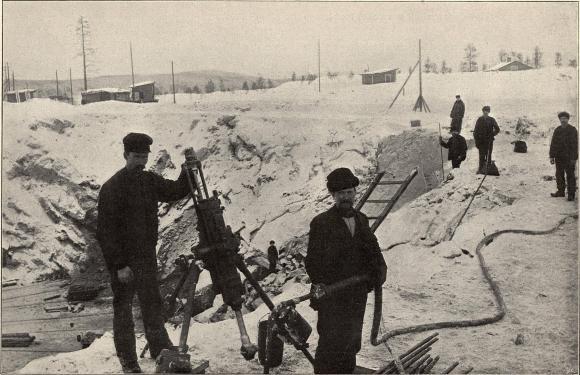 Bergborrning med maskin i Koskullskulle.<b<smalFoto Larsson, Malmberget.</smal