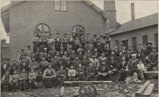 Grupp af arbetare vid Tönshammars kettingsmedja.<b<smalFoto Pettersson, Söderhamn.</smal