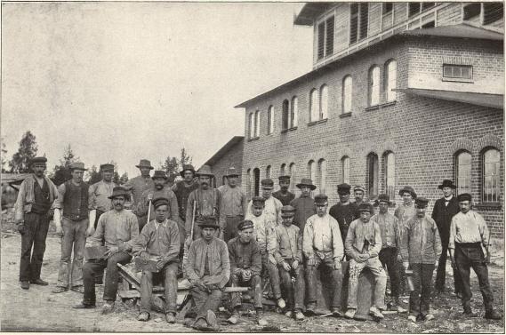 Grupp af arbetare vid Luleå tegelbruk.<b<smalFoto Tegström, Luleå.</smal
