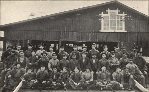 Arbetaregrupp från Alne sågverk vid Örnsköldsvik.<b<smalFoto Lindstedt, Örnsköldsvik.</smal