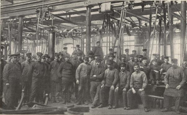 Arbetare vid Ludvigsbergs mek. verkstad, Stockholm.<b<smalFoto Blomberg, Stockholm.</smal