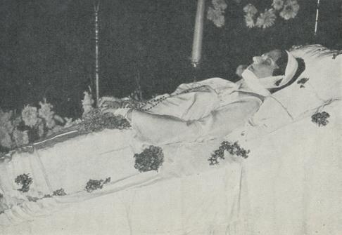 Drottning Astrid på lit de parade.