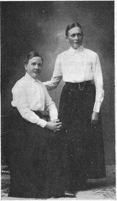 <smalAnna Roslind (sittande) och Ottilia Gustafsson.</smal