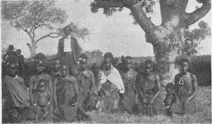 <smalHövdingen Manzolvvandhle och några av hans hustrur.</smal