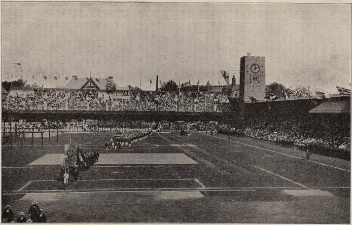STADION VID DE OLYMPISKA SPELENS ÖPPNANDE.<bSvenskarne tåga in. Till höger synes den kungliga läktaren.