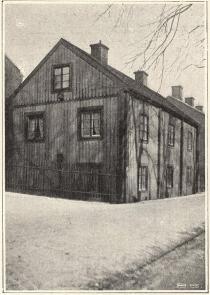 """Värdshuset Klippan<b<smal(Klippgatan n:r 7, där skeppsprästen Jakob Wallenberg,</smal<b<smalförf. till """"Min son på Galejan"""", bodde på 1700-talet).</smal"""
