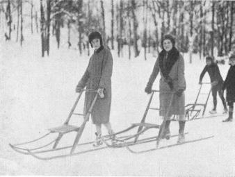Spark-stötting (The Kicking Sleigh) is very much used in the <bcountry to move about from place to place and for sport. <bPhoto taken on the 6th February 1930 at Slottsskogen