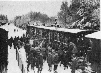 Ski-ing and Ice-sailing sportsmen and sporting ladies arriving at Hindås by an excursion train during February 1930