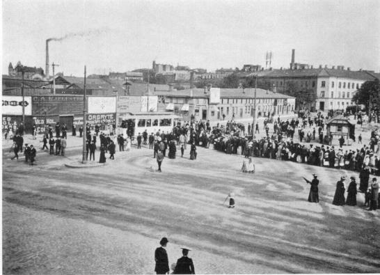 Kö av spårvägspassagerare på Järntorget 1902