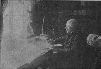 Författaren Olof Högberg vid sitt skrifbord.