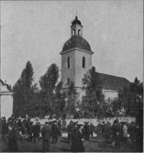 Högsjö kyrka. Efter slutad gudstjänst.