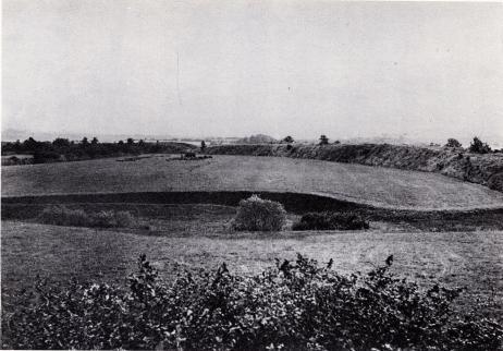 Hedeby, större än Birka, men av likartad anläggning, omgavs på<blandsidan av en mäktig jordvall, som ännu till stor del finns kvar.