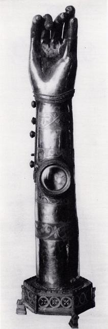 Denna stora silverarm, som en gång tillhört<bLinköpings domkyrka, har inneslutit ben av S:t Eskil,<bsom kunnat ses genom fönstret mitt fram.
