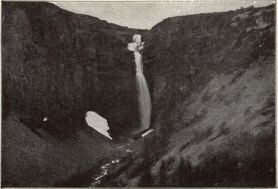 Njupeskärs vattenfall i Dalarne, med högar av stengrus, som rasat ned från bergväggarna.
