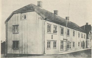 """S. A. Andrées födelsehus i Gränna<b<bPå  minnestavlan  läses:  """"S.  A.  Andrée,   ingenjör,  luftseglare,   föddes<b<bhär den 18 okt. 1854. Avseglade mot Nordpolen den 11 juli 1897.""""<b"""