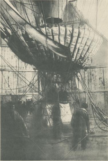 Ballongens nedre del strax före starten. Bilden visar anordningarna på gondolens tak, i bärring samt segel och bärlinor.<b