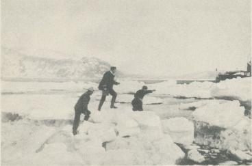 """<bFoto Hasselblad.<b<bKommunikationen mellan """"Svensksund"""" och land var så länge isen låg<b<bkvar besvärlig."""
