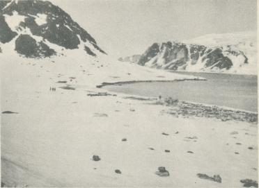 """Foto  E. Christell.<b<bStationen å Danskön år 1928. Till höger synas resterna av ballonghuset<boch vätgasapparaten, till vänster grunden till """"Pikes hus""""."""