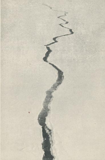 """<bFoto från """"Norges"""" polflygning 1926.<b<bStora råkar gapa i isen."""