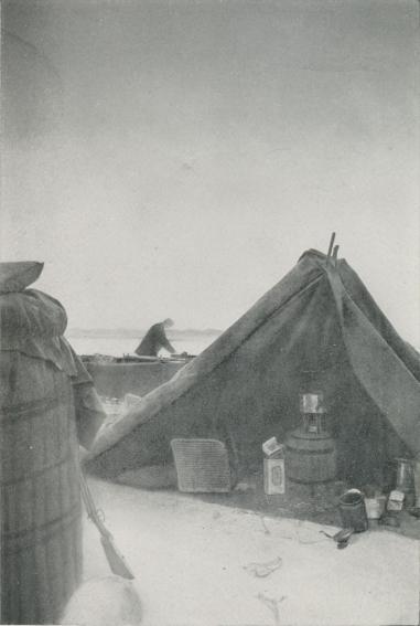 """Pl. IV.<b<b<b<b<bCopyright Svenska Sällskapet för Antropologi och Geugrafi.<b<bLägret  vid """"Örnens""""  landningsplats.  Till  vänster gondolen, till  höger<b<btältet.  Mellan dem skymtar båten.  I  tältet  ses  förutom proviant-  och<b<bkokkärl i mitten kokapparaten och till vänster en proviantkorg.<b<bFoto  Andrées  polarexpedition   1897."""