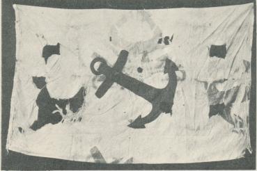 """""""Örnens"""" sidenflagga med blått ankare på vit botten. """"Isbjörns"""" fynd."""