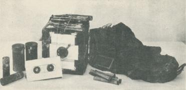 """<bKameran, t. v. metallkapslar för filmrullarna, t. h. växelsäck med fönster<bav ett trådgaller. """"Bratvaags"""" och """"Isbjörns"""" fynd.<b"""