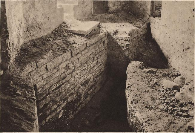 Kalmar slott. Till höger ett parti av det äldsta rundtornet (1100-talets förra del). Till vänster delar av den under<b1200-talets senare del uppförda ringmuren. Vid grävningar i borggården funnos även rester av en rektangulär stenbyggnad<bsamt två träbyggnader från äldsta perioden. — Foto: H. Åkerlund.