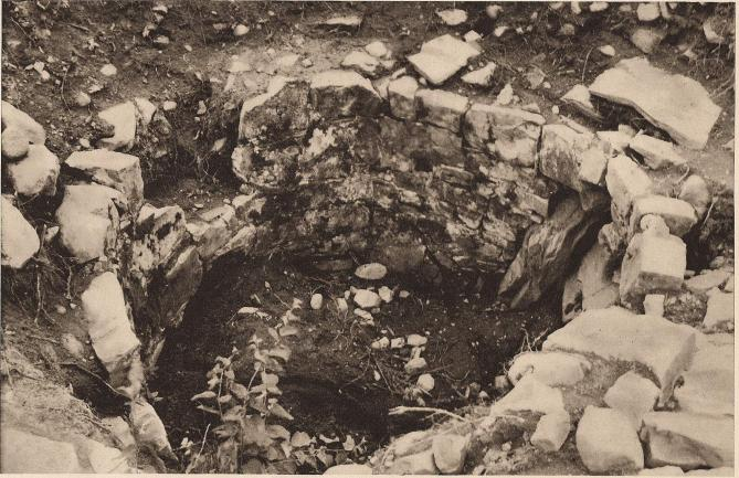 Nedre delen (frän sydväst) av det runda vakttornet vid Hultaboda ö. Rundeln är till ett par meter nedsprängd i berget.<bMurverk i nio skift. Det översta bildade en jämn krans, varpå tornets övre parti av trä reste sig. — Foto: G. Svanström 1935.