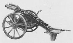 Fig. 4. Let (7,6 cm) tysk Minekaster i<bFladbanelavet paa Hjul.
