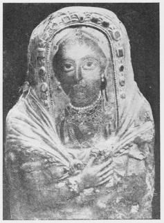 Billede af Dame fra det romerske Ægypten, fundet<bved Havara af Petrie, malet enkaustisk paa en<bTræplade, nu i Kairo Museum.