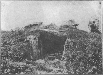 Gånggrift (stenåldersgrav med gång), sedd mittför gången, vid<bKarleby i Västergötland.