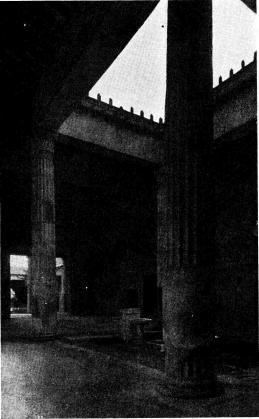 <bFig. 1. Hus från Pompeji. Första årh. f. Kr.<bI bakgrunden skymtar peristylen (trädgård med<bomgivande kolonnad). I förgrunden ses atriet<bmed sin vattenbassäng omgiven av fyra<bkorintiska kolonner, så som bruket blev under<binflytande från Grekland, en blandform mellan<bgrekiskt och romerskt som brukar kallas atrium<btetrastylum. Fotografin kan även ge en<bföreställning om hur man numera med<bkonstruktioner av plåt och trä avbildar de förmultnande<bhusens ursprungliga resning, sådan den kan<bfastställas i asklagren.<b
