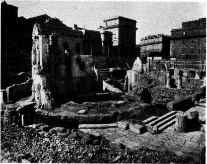 <bFig. 3. De nu pågående utgrävningarna vid Piazza Argentina.<bI förgrunden fundamentet och några kolonner av ett rundtempel. Därbortom<bett rektangulärt tempel. Det sid. 008 omtalade äldsta templet på platsen<bligger ytterligare hitom rundtemplet. En del av kolonnerna ha kunnat<bytterligare rekonstrueras med återfunna stycken och kapitäl.<b