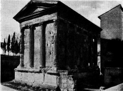 Fig 5. Det s. k. Fortuna Virilis templet vid Tibern efter friläggandet.<bMärk i förgrunden den trånga romerska gatan och det vita golvet i ett<bhus på andra sidan gatan! Templet har på två sidor varit inklämt vid<btrånga gator och på de andra två sidorna haft en gård, vars mur synes<btill höger å bilden.